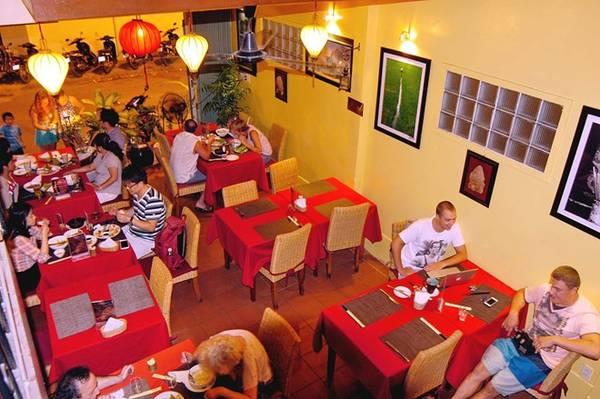 """Nhà hàng Yến (đường Trần Quang Khải): Với các món ăn Việt Nam phong phú, giá cả phải chăng, nhà hàng này nhận được nhiều lời khen từ các du khách quốc tế. Tài khoản Pololefou nhận xét: """"Đồ ăn ở đây rất ngon, nhân viên thân thiện, nhà hàng nằm ở con phố yên tĩnh. Giá cả không quá cao và đồ tráng miệng kiểu châu Âu khá ngon. Bạn nên tới đây nếu muốn có một bữa tối lãng mạn""""."""