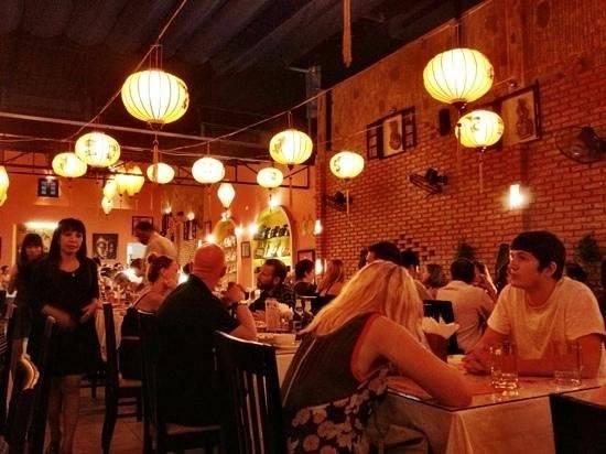 """Nhà hàng Lanterns (đường Nguyễn Thiện Thuật): Các món ăn truyền thống Việt Nam được thay đổi đôi chút để phù hợp hơn với khẩu vị người nước ngoài. Tài khoản Tegan_brodie chia sẻ: """"Rất ngon! Phục vụ nhanh chóng, chu đáo. Nhân viên thân thiện và luôn mỉm cười với khách. Tôi sẽ gợi ý nơi này cho mọi người""""."""