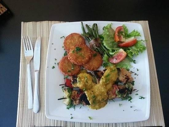 """<strong>Nhà hàng La Casserole (đường Biệt Thự):</strong> La Casserole phục vụ các món ăn theo phong cách Thụy Sĩ và đều được các du khách đánh giá tốt. Tài khoản Beat J nhận xét: """"Sau nhiều ngày du lịch ở Đông Nam Á, tôi nhớ các món ăn quê nhà. Đồ ăn ở đây thật tuyệt và đúng chất Thụy Sĩ, giá cả khá dễ chịu. Hugo (chủ quán) và các nhân viên chào đón, trò chuyện nhiệt tình với tôi. Họ còn mang cho tôi một ly Kafi Luz. Bạn nên đến nơi này""""."""