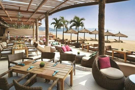 """Sailing Club Nha Trang (đường Trần Phú): Với vị trí nhìn ra biển và thiết kế trang nhã, nhà hàng này là một lựa chọn cao cấp hơn cho các du khách. Ngoài ra, nhà hàng còn có bãi biển riêng để du khách bơi lội, tắm nắng và thưởng thức các loại cocktail. Tài khoản Erin Dock đánh giá: """"Đây là một nơi tuyệt vời để thư giãn và ngắm nhìn khung cảnh đẹp đẽ xung quanh. Đồ ăn thật sự rất ngon, tất nhiên với giá không rẻ do địa điểm của nhà hàng""""."""