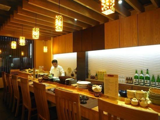 """Nhà hàng Kiwami (đường Bạch Đằng): Đây là một lựa chọn thú vị khi tới Nha Trang. Các đầu bếp người Nhật đã đem lại cho du khách những món ăn tuyệt hảo. Tài khoản Steve B nhận xét: """"Đồ ăn chuẩn Nhật. Bạn có thể xem các đầu bếp làm từng món ăn. Giá cả không rẻ nhưng xứng đáng với chất lượng""""."""