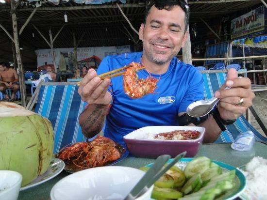 """The Shack Vietnam (Bãi Dài): Quán ăn nằm trên bãi biển này được các du khách quốc tế yêu thích bởi đồ ăn ngon, giá cả dễ chịu, không gian thoáng đãng, dễ chịu. Tài khoản Gcelli_2000 viết: """"Chúng tôi biết đến quán ăn này khi đi tìm chỗ lướt sóng ở Việt Nam. Chúng tôi đi xe máy tới đây. Bia lạnh ngon tuyệt, một nơi để bạn thư giãn trên bãi biển. Đồ ăn cũng rất ngon, có cả hải sản và các món kiểu phương Tây""""."""