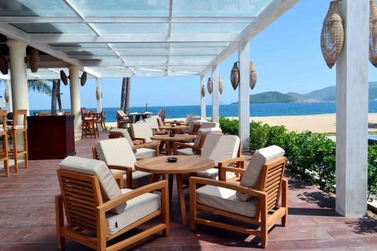 Ana Beach House: Với vị trí nhìn ra biển trên đường Trần Phú và thiết kế mở lịch lãm, sang trọng, Ana Beach House được lòng du khách bởi phong cách phục vụ chu đáo cùng các món ăn, đồ uống hảo hạng.