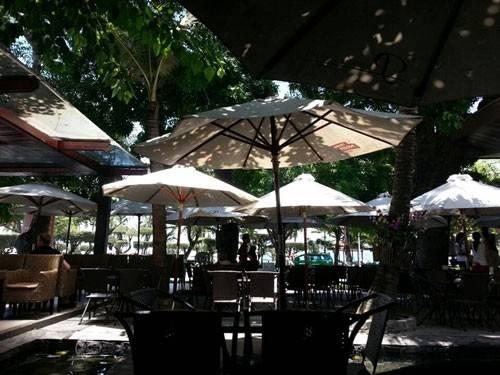 <strong>Paramount Cafe:</strong> Tọa lạc trên đường Trần Phú nên khi tới quán cà phê này, du khách có thể nhâm nhi một ly cappuccino ngọt ngào và ngắm biển Nha Trang. Các khách người nước ngoài yêu thích Paramount không chỉ bởi đồ uống ngon, tầm nhìn đẹp và giá cả dễ chịu mà còn bởi phong cách phục vụ thân thiện, chu đáo.