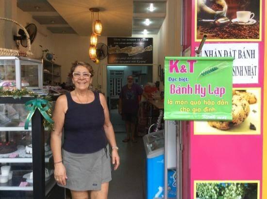 Quán bánh K&T: Với những món bánh Hy Lạp ngon lành, đây là nơi được nhiều du khách nước ngoài tìm đến. Thưởng thức một lát bánh cùng tách trà là một khởi đầu ngày mới hoàn hảo khi bạn tới đường Nguyễn Thị Minh Khai ở Nha Trang.