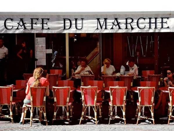 Ở các nhà hàng tại Pháp, người ta thường cầm dao tay phải, nĩa tay trái khi ăn.