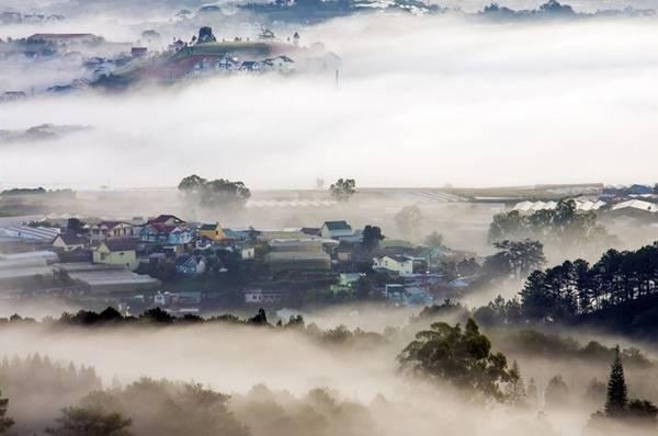 TP Đà Lạt được gọi là Paris thu nhỏ, thành phố trong sương mù, thành phố tình yêu, thung lũng ngàn hoa, thành phố của thông... Ảnh: Lư Quyền.