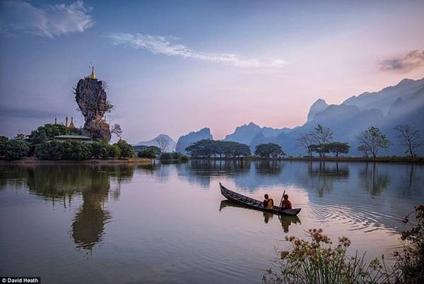 Nhiếp ảnh gia David Heath đã bị mê hoặc bởi hồ Kyauk Ka Lat tại Hpa-An, bang Kayin, ngắm nhìn những nhà sư đang chèo thuyền hướng về một ngôi chùa.