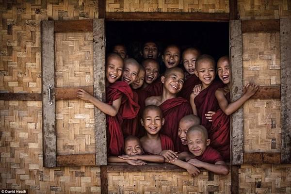 Một trong những bức ảnh yêu thích nhất của David, được chụp tại một ngôi chùa ở Bagan. Những nhà sư trẻ tuổi khi ấy đã rất thân thiện, vui vẻ cười trong sự tò mò.