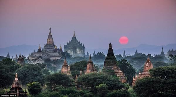 Bức ảnh này được chụp trên đỉnh một ngôi chùa trong lúc ánh hoàng hôn trải xuống những ngôi chùa Phật giáo Ananda và Thabanyu ở Bagan.