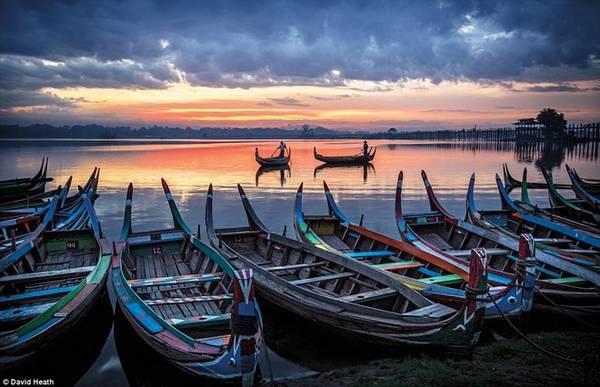 Những ngư dân đang làm công việc thường ngày của họ, đánh cá vào lúc mặt trời mọc từ bờ hồ Taung Tha Man, Amarapura ở Mandalay.