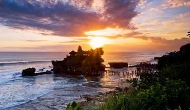 Đền Tanah Lot là một trong những biểu tượng văn hóa và điểm đến du lịch nổi tiếng của Bali. Ảnh: putubalitourguide.com