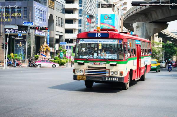 Xe bus di chuyển trên đường phố Bangkok. Ảnh: bangkok.com