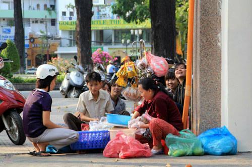 Những gánh hàng rong trên các con đường luôn được nhiều bạn trẻ lựa chọn vì không gian thoải mái, vừa thưởng thức món ăn lại vừa ngắm nhìn phố xá đông đúc. Ảnh: Phong Vinh