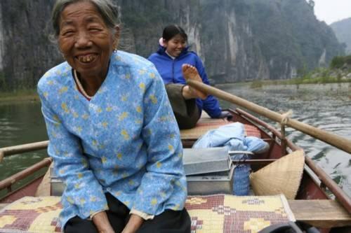 Những bộ áo hoa là trang phục thường thấy của những cô, bà ở nông thôn Việt Nam.