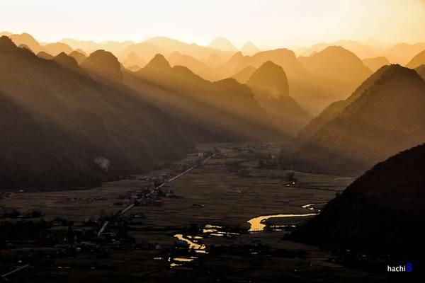 Bắc Sơn là huyện miền núi, thuộc cánh cung Bắc Sơn của vùng Đông Bắc Việt Nam. Thung lũng Bắc Sơn nằm lọt giữa bốn bề những dãy núi đá vôi trùng điệp, với những dòng kênh uốn lượn giữa các đồng lúa rộng bạt ngàn.
