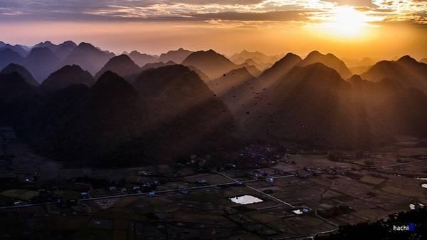 Sớm bình minh, mặt trời le lói những tia sáng huyền ảo sau rặng núi đá vôi, từng đàn chim bay lượn trên cánh đồng lúa vào vụ, tất cả tạo thành khung cảnh thanh bình quá đỗi.