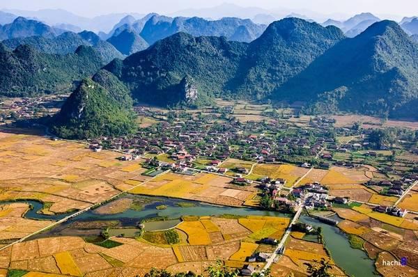 Làng Quỳnh Sơn nằm dưới thung lũng, tựa lưng vào núi cùng những nếp nhà sàn với các nét văn hóa đặc sắc của đồng bào dân tộc Tày.