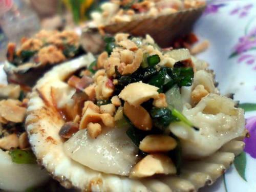 Bạn có thể thử qua món sò điệp nướng mỡ hành của ốc Xuân Hón cũng khá ngon, mỡ hành rất thơm và hấp dẫn. Ảnh: Nguyen Huong