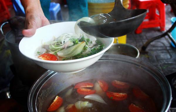 Nhắc đến thành phố biển Nha Trang (Khánh Hòa) không thể quên đưa món bún chả cá vào danh sách những món ăn ngon và phổ biến nhất. Tô bún chả cá đúng điệu thường có phần nước dùng rất trong với vị thanh ngọt được nấu lọc từ cá liệt, cá bò và vị chua nhẹ của cà chua, thơm.