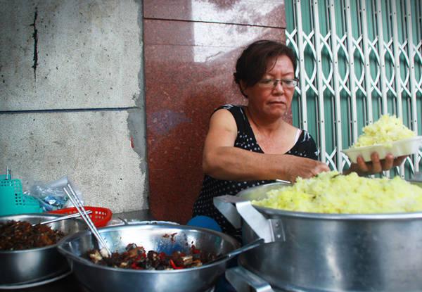 Với nhiều thế hệ người Nha Trang, hàng xôi cá cơm của cô Loan trên đường Huỳnh Thúc Kháng từ lâu trở thành một món ăn sáng quen thuộc.