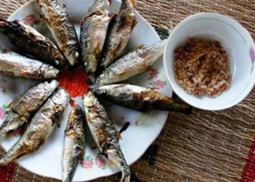 Cá niên chấm muối ớt, món ăn dân dã nhưng đặc trưng của núi rừng. Ảnh: Lâm Bình