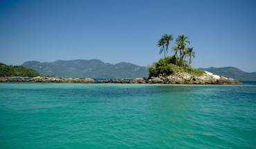 11. Ilha Grande (Brazil): lha Grande là một điểm đến du lịch nổi tiếng trên bờ biển phía Nam của bang Rio de Janeir, nơi đây là điểm đến lý tưởng cho những người muốn gần gũi với thiên nhiên, bởi rất nhiều lý do như: xe hơi không được phép di chuyển ở đây, Wi-fi hầu như không có và rất nhiều bãi biển thơ mộng.