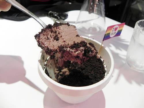 Xắn một muỗng kem xuống và cho vào miệng, bạn sẽ cảm nhận được mùi vị chocolate tan chảy trong miệng. Ảnh: Tường Ý
