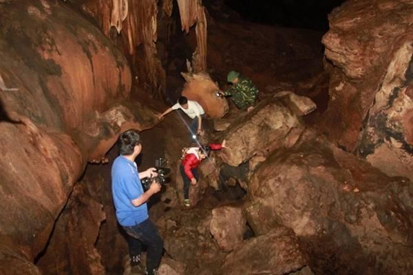 Cách cửa hang khoảng 500 mét, hang có trần rất rộng nhưng đường đi khó khăn hơn. Ảnh: Hưng Thơ.