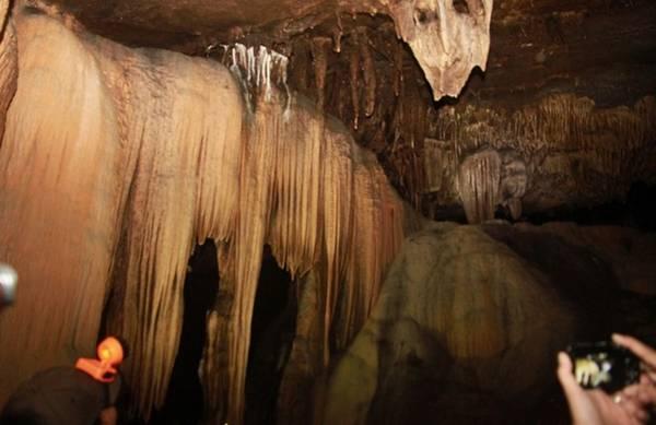 Vào khoảng 200 mét, nhiều thạch nhũ kéo dài trên trần hang xuống. Ảnh: Hưng Thơ.