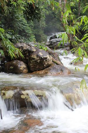 Mùa mưa, nước cuồn cuộn chảy xiết.