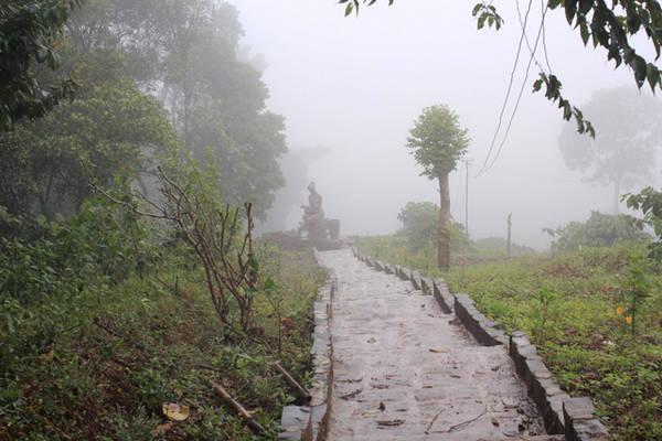 Đường đi xuống thác Tam Hợp.