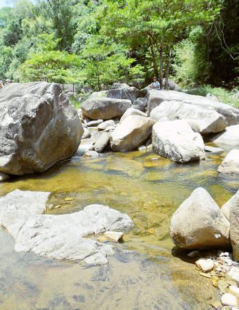 Mặt nước trong veo soi phiến đá