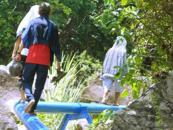 Băng qua con đường rừng khoảng 4km