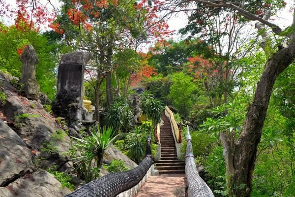 Đường lên núi Phou Si. Ảnh: Madeleine Holland