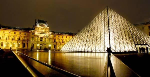 Bảo tàng Louvre lung linh trong đêm. Ảnh: famouswonders.com