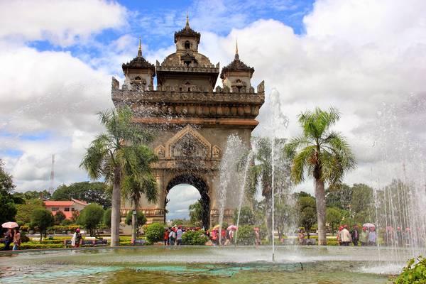 Khải Hoàn Môn Patuxay nổi bật trên đại lộ Lane Xang. Ảnh: en.vietnamitasenmadrid.com