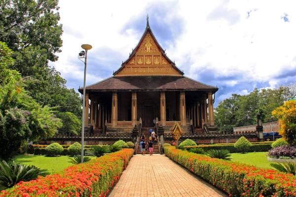 """Vào thăm chùa Phra Keo, chúng ta như lạc vào """"thế giới nghệ thuật"""" bởi những tác phẩm điêu khắc, chạm trổ và hiện vật quý hiếm. Ảnh: en.vietnamitasenmadrid.com"""