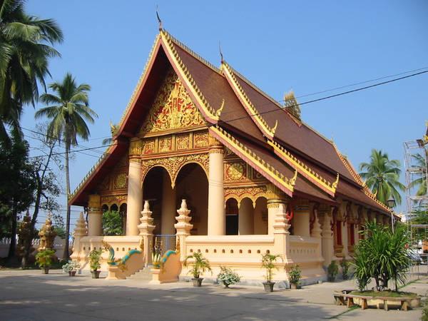 Chùa Wat Ong Teu thu hút bởi bức tượng Phật bằng đồng lớn nhất Viên Chăn.Ảnh: Flickr.com