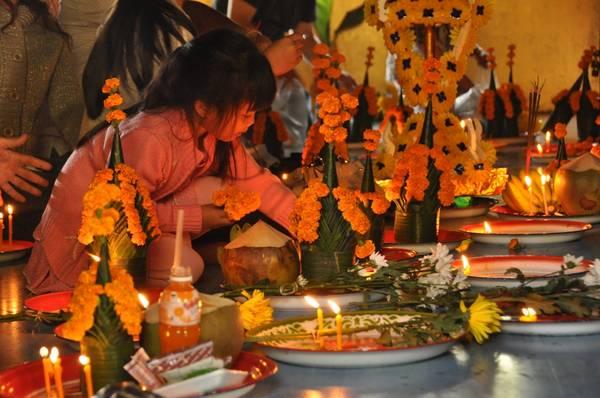 Du khách đến đây có thể làm lễ buộc chỉ cổ tay cầu may, theo phong tục truyền thống của Lào.Ảnh: triptoes.wordpress.com