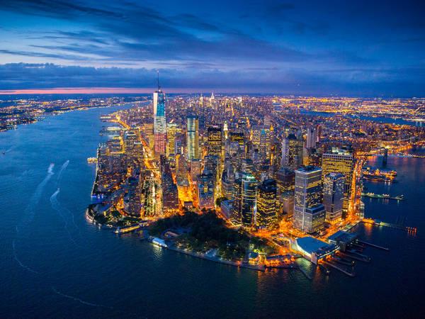 Manhattan: Là một trong 5 quận ở New York, Manhattan là hình ảnh mà người ta thường nghĩ ngay đến khi nói về New York. Đó là những đường chân trời quen thuộc và các điểm tham quan đã được quảng cáo hàng nghìn lần trên các màn hình. Đến đây, bạn hãy trải nghiệm cảm giác đi bộ dưới bóng tối của các tòa nhà chọc trời, vui chơi ở Times Square, ngắm tượng Nữ thần Tự do, xem kịch Broadway, leo lên tòa nhà Empire State, đi dạo quanh công viên trung tâm, tham quan các bảo tàng… Ảnh: Symmetry50.com