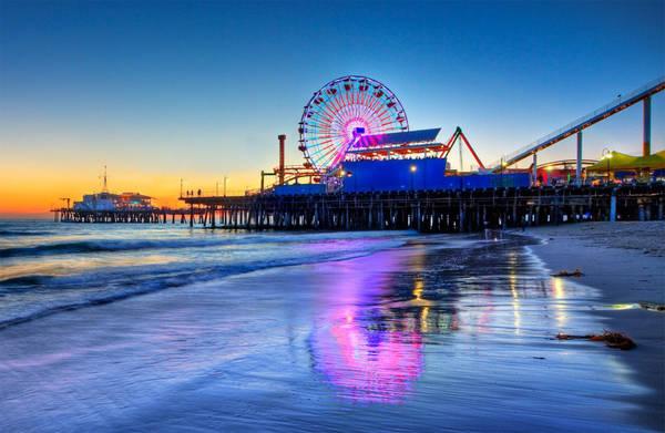 <strong>Cảng biển Santa Monica:</strong> Santa Monica là thành phố biển ở phía Tây Los Angeles, khí hậu nắng ấm quanh năm. Chính vì vậy, du khách có thể tìm thấy rất nhiều cửa hàng lưu niệm, trò chơi ngoài trời, nhà hàng... Tới đây, bạn đừng bỏ lỡ những buổi hòa nhạc ngoài trời, thử chơi ngựa gỗ hay ngắm thành phố trên những vòng đu quay. Ảnh: lattravel.com