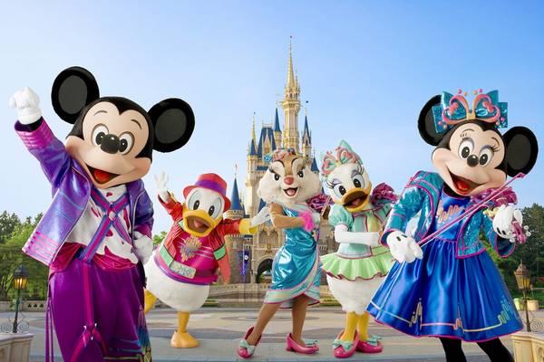 <strong>Disneyland:</strong> Công viên giải trí Disneyland nằm ở phía Nam Los Angeles thu hút hàng trăm nghìn người mỗi năm. Với trẻ nhỏ, công viên này thực sự như thiên đường đầy sắc màu. Tới đây, du khách có thể thăm thế giới của chuột Mickey, vương quốc các loài gấu hay có cơ hội được dùng bữa với những nhân vật Disney nổi tiếng. Ảnh: crossrenny.wordpress.com