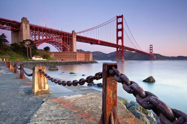 <strong>Cầu Cổng Vàng:</strong> Đây là cây cầu nối liền thành phố San Francisco trên mũi phía Bắc của bán đảo San Francisco với hạt Marin và là một kiệt tác của kiến trúc sư Joseph B.Strauss. Cây cầu này là một trong những điểm du lịch hấp dẫn du khách ở San Francisco và California. Màu sắc vàng cam đặc biệt của cây cầu khiến nó nổi bật ngay cả khi sương mù giăng kín. Ảnh: wall.alphacoders.com