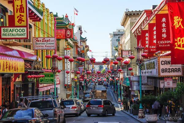 <strong>ChinaTown: </strong>Đến với khu phố này du khách có thể mua sắm những món đồ thời trang do người Hoa bày bán ở đây. Ngoài ra du khách còn có thể tham quan phong cảnh ở tòa nhà Sing Chong và Bank of Canton hay thưởng thức các món ăn truyền thống của người Hoa. Ảnh: Flickr.com