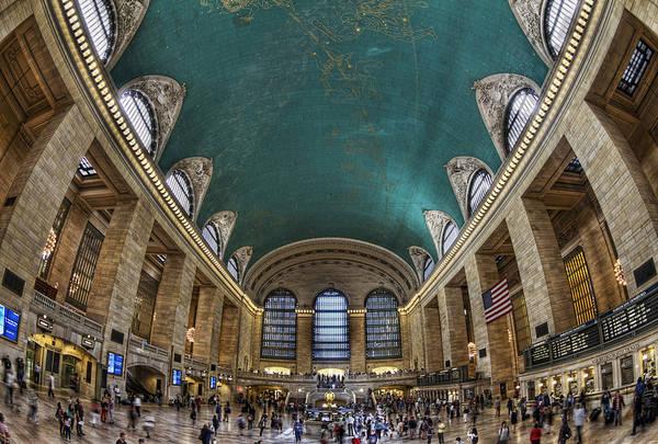 <strong>Nhà ga Grand Central:</strong> Nhà ga trung tâm này là nơi cất giữ những quá khứ hào hùng của New York. Du khách đến đây sẽ bị mê hoặc khi chiêm ngưỡng những bức phù điêu cổ kính tại phòng chờ lớn, thưởng thức món Kamamotos tại nhà hàng Oyster Bar huyền thoại hay thì thầm với Whisper Gallery. Bạn có thể bỏ ra hàng giờ để khám phá nơi này mà không bao giờ cảm thấy tẻ nhạt. Ảnh: photography-on-the.net