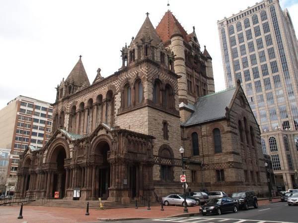 Nhà thờ Trinity: Nhà thờ được xây dựng theo phong cách Romanesque Richardsonian, đặc trưng bởi một mái nhà bằng đất sét, đá thô, mái vòm và một tháp lớn. Từ sau khi nhà thờ Trinity ra đời, phong cách này được nhanh chóng áp dụng cho nhiều công trình công cộng trên khắp nước Mỹ. Ảnh: foundationsofamerica.com