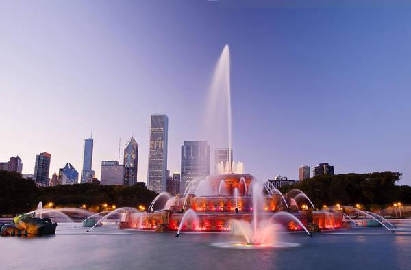 <strong>Đài phun nước Buckingham Fountain:</strong> Buckingham Fountain là một điểm tham quan nổi tiếng ở Chicago, nằm trong trung tâm công viên Grant. Đài phun nước lớn này luôn thu hút du khách đến với Chicago bởi những màn biểu diễn ánh sáng nước vào buổi tối, khi âm nhạc kết hợp với ánh sáng khiến nó trở thành một nơi trình diễn đẹp ngoạn mục. Ảnh: fantasticviewpoint.com