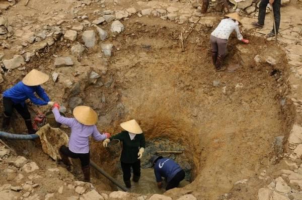 """Khi đào xuống đáy giếng thấy có mạch đá ngầm ăn ngang và mạch nước ngầm tuôn mãi nên """"giếng quanh năm không cạn bao giờ""""."""