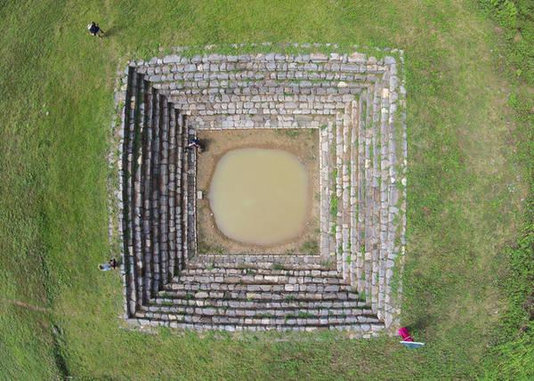 Giếng Vua có cấu trúc hình vuông, được kè bằng đá tạo thành bậc thu dần từ ngoài vào lòng, tính từ trên xuống có 9 thành bậc. Lòng giếng hình tròn và mặt cắt hình phễu. Tính từ thành bậc trên cùng đến đáy giếng có chiều sâu 5,6m. Cấu trúc của giếng cũng là sự diễn giải biểu trưng đất - trời của đàn tế Nam Giao.